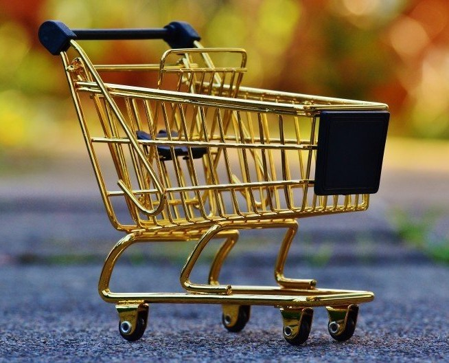 small shopping cart to illustrate the concept of e-commerce business management